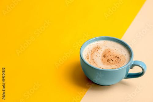 Filiżanka aromatyczna gorąca kawa na koloru tle
