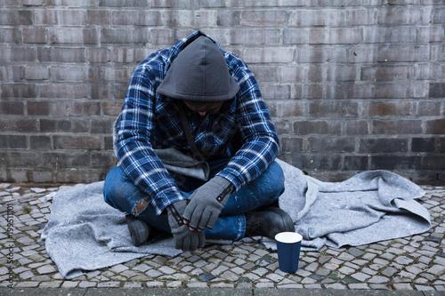 Papiers peints Statue Beggar Sitting On Street