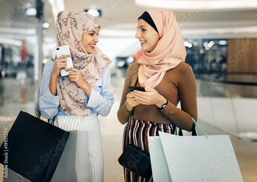 Fotomural  Islamic women friends shopping together on the weekend