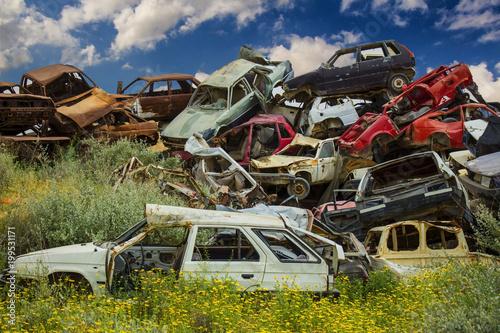 Куча отброшенных старых автомобилей на свалке