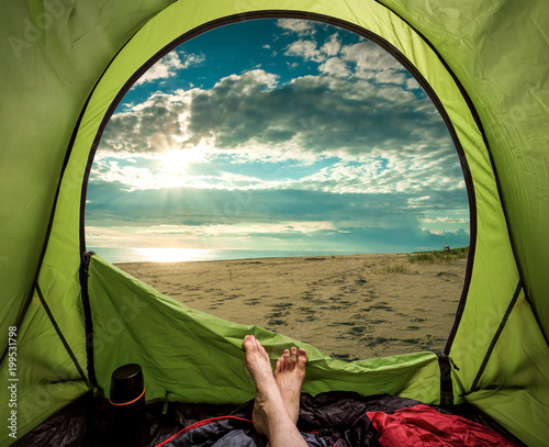 Montage in der Fensternische Camping Camping on the beach in summer at sea