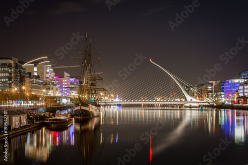 Photo  Beautiful night view of Dublin with water, bridge and buildings.