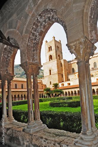In de dag Palermo Il chiostro del Duomo di Monreale - Palermo, Sicilia