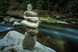 Fototapeta Kamienie - six pierres empilées sur un rocher au bord d'une rivière