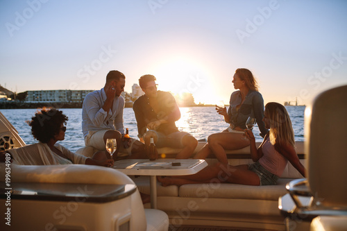 Fotografía Group of friends partying on yacht at sunset