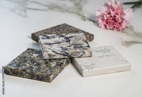 Fotografía  Marble colorful samples of kitchen counter with flower decoration