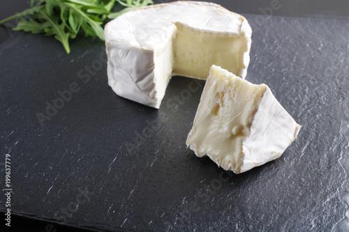 Plakat ser brie kamień tło czarny ciemny