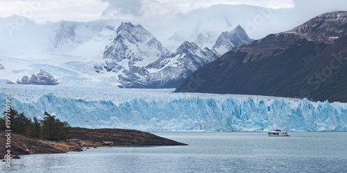 Fotografia Ship with tourists on lake near Perito Moreno Glacier, Los Glaciares National Park in Santa Cruz Province, Argentina, Patagonia