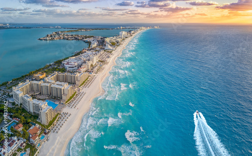 Spoed Fotobehang Strand Cancun coast with sun