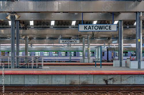Dworzec kolejowy w Katowicach, perony z tabliczką Katowice w perspektywie