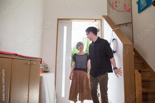 Fotografie, Obraz  外出から帰った若い夫婦