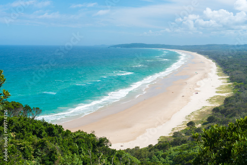 Foto View over Tallow Beach with turquoise waters in Arakwai National Park at Byron Bay, NSW, Australia