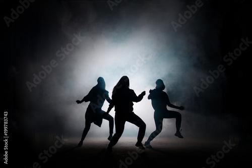 grupa-dziewczat-tanczacych-w-klubie-nocnym-cieszyc-sie