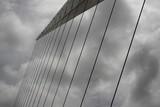 Fototapeta Fototapety mosty linowy / wiszący - nowoczesny most o konstrukcji linowej w buenos aires na tle dramatycznego zachmurzonego nieba