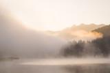Wschód słońca z mgłą nad Geroldsee z Soierngruppe w tle - 199795576