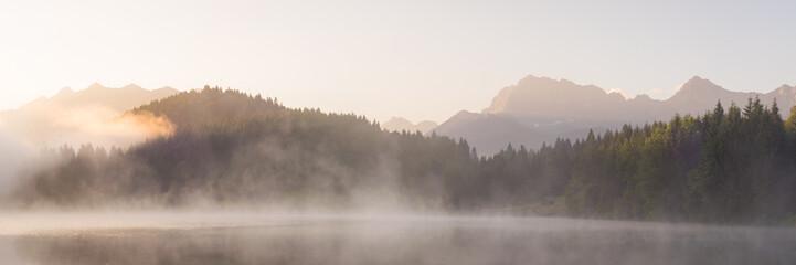 Panorama vom Geroldsee mit Soierngruppe und Karendel in den Alpen