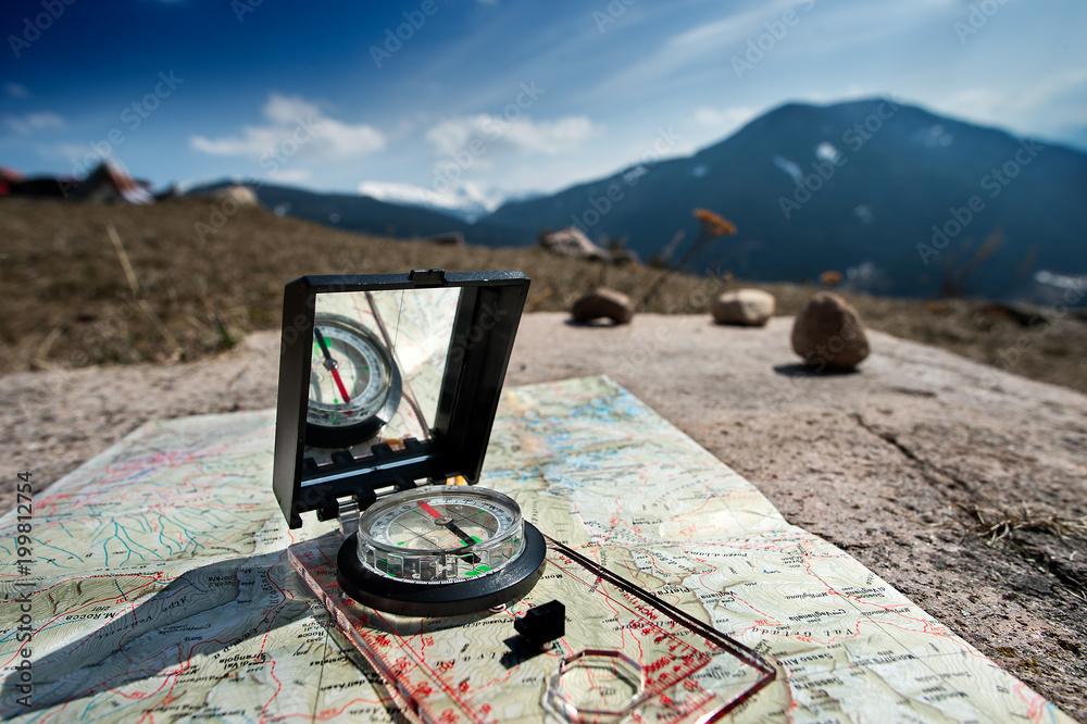 Fototapety, obrazy: Orientamento durante una escursione in montagna