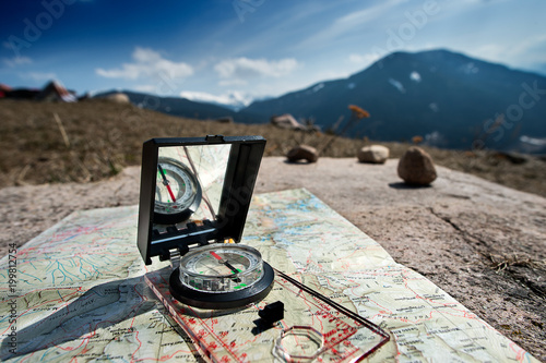 Orientamento durante una escursione in montagna Wallpaper Mural