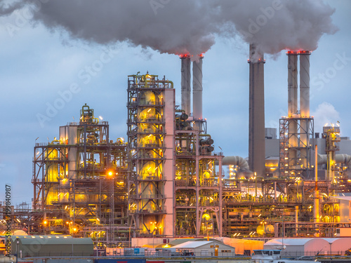 Staande foto Industrial geb. Chemical plant at dusk with lights and smoke