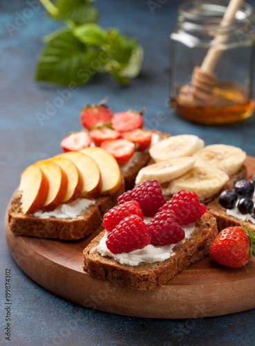 Plakat Grzanki z serem śmietankowym i świeżymi jagodami