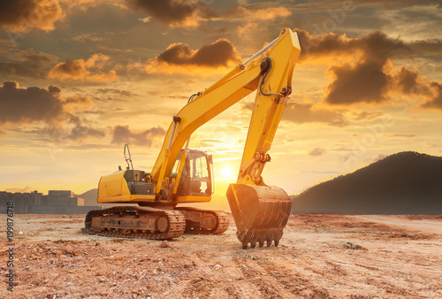 Fotografía  Heavy earth mover with blue sky in the background