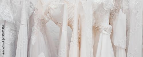 Foto Banner White modern wedding dresses in dress store.