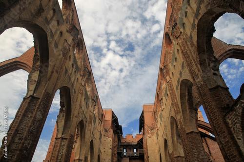 ruiny kamiennego średniowiecznego zamku w stylu gotyckim