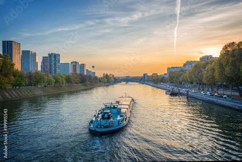 Fotografia Barge on the river Seine at sunset, Paris France