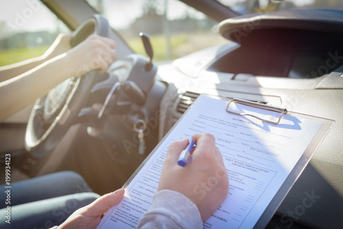 Pinturas sobre lienzo  Examiner filling in driver's license road test form
