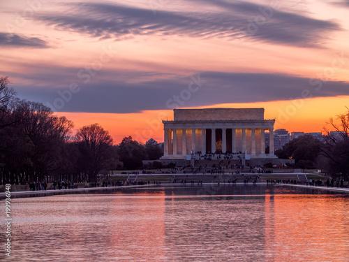 Fotografia  Evening sun setting behind the Lincoln Memorial
