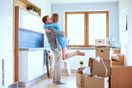 Papiers peints Statue Portrait of young couple moving in new home. Young couple