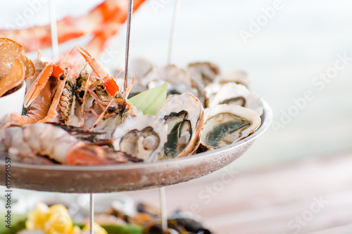 Photo Stands Seafoods Huitres sur plateau de fruits de mer