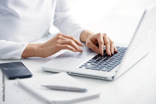 Typing on laptop keyboard Fototapete