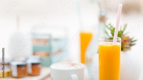Fototapeta  Jus d'orange pour commencer la journée
