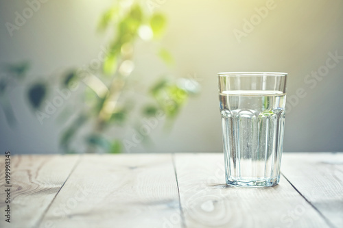 Cadres-photo bureau Eau Glass of pure water on sunlight background with natural plant