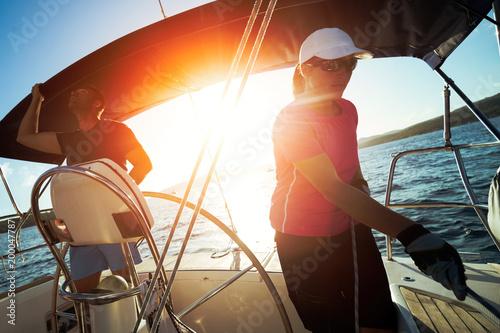Fotografía  Portrait of attractive couple sailing with boat