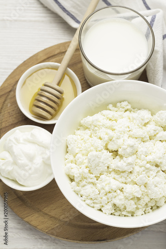 Foto op Aluminium Zuivelproducten dairy products, cottage cheese, yoghurt, sour cream, milk, honey top view.