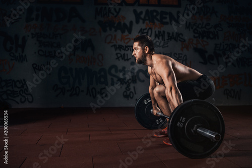 Fotografía  Muscular men lifting deadlift