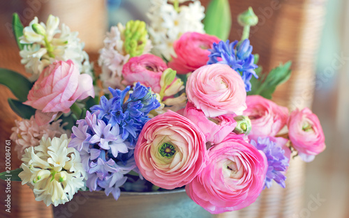 Fotografia Beautiful bouquet of spring flowers in a vase on the table
