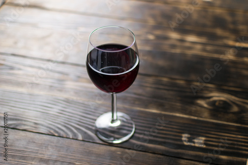 Deurstickers Bar A glass of wine on a wooden background.