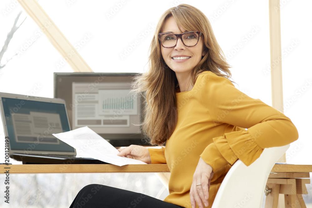 Fototapeta Businesswoman working at the office