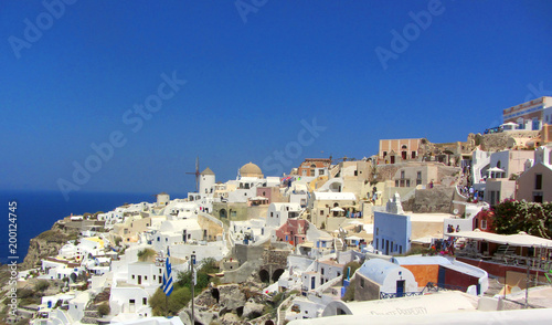 Poster Algérie Oia town on Santorini island, Greece. Traditional and famous houses and churches with blue domes over the Caldera, Aegean sea