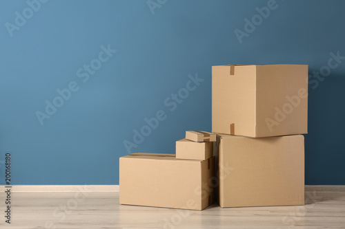 Cardboard boxes near color wall Fototapet