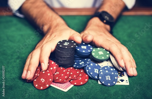 Fotomural Diverse adults gambling shoot