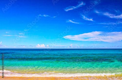 Tuinposter Kust 真夏の宮古島。来間島の長間浜の前に広がるエメラルドグリーンの海
