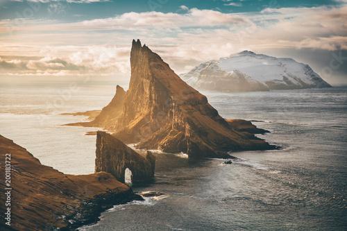 Sonnenuntergang in den Bergen Faroe Islands Drangarnir Episch