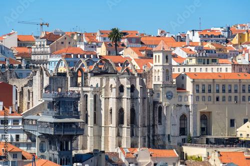 Plakat Winda Santa Justa i ruiny klasztoru Carmo. Lizbona, Portugalia