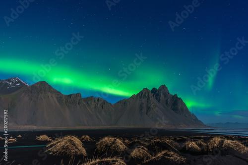 Foto op Plexiglas Groen blauw Islanda, la terra dei vichinghi. Aurora boreale sopra il monte Vestrahorn, nella laguna dello Stokksnes.