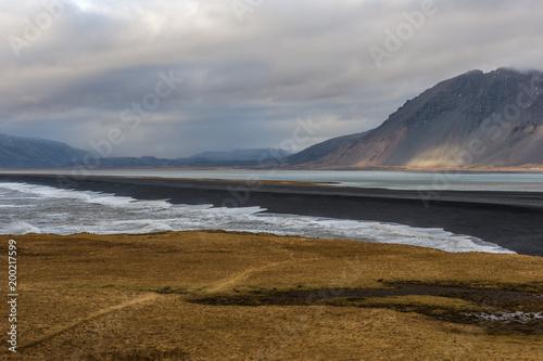 Deurstickers Donkergrijs Islanda, la terra dei vichinghi. Paesaggio con montagna, laguna e oceano.