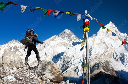 Fotografia  Mount Everest with tourist and prayer flags